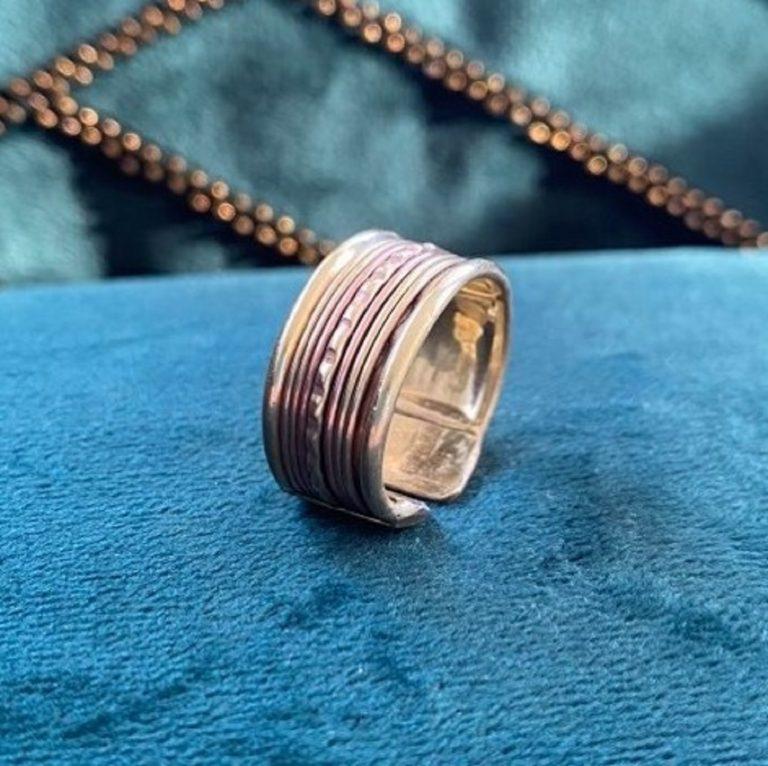 Bague en cuivre et aimants, fabriqué en Inde à la main. Bijou avec motifs traditionnels