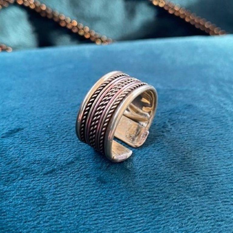 Bague en cuivre et aimants, fabriqué en Inde à la main. Bijou avec motifs traditionnels torsadés