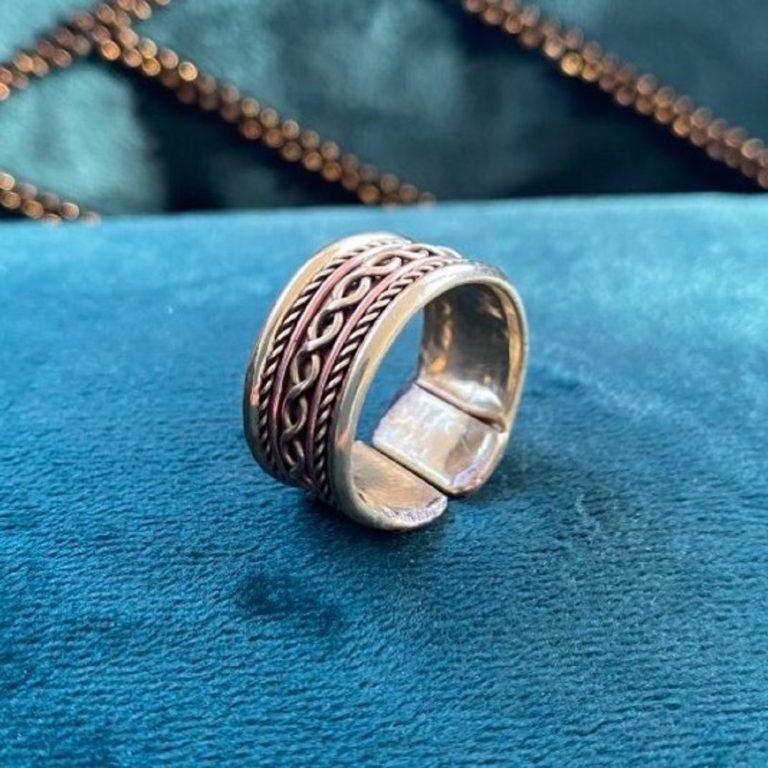 Bague en cuivre et aimants, fabriqué en Inde à la main. Bijou avec motifs traditionnels tressés