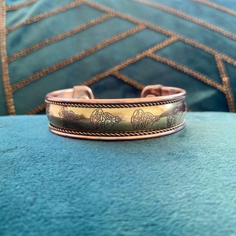 Bracelet en cuivre et aimants. Fait main en Inde de manière traditionnelle. Décoré de motifs de Bouddha
