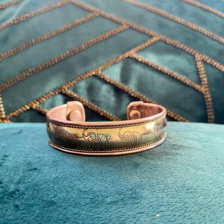 Bracelet en cuivre et aimants, fabriqué en Inde à la main. Bijou traditionnel avec motif éléphants