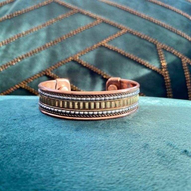 Bracelet en cuivre et aimants, fabriqué en Inde à la main. Bijou traditionnel avec motifs tricolores