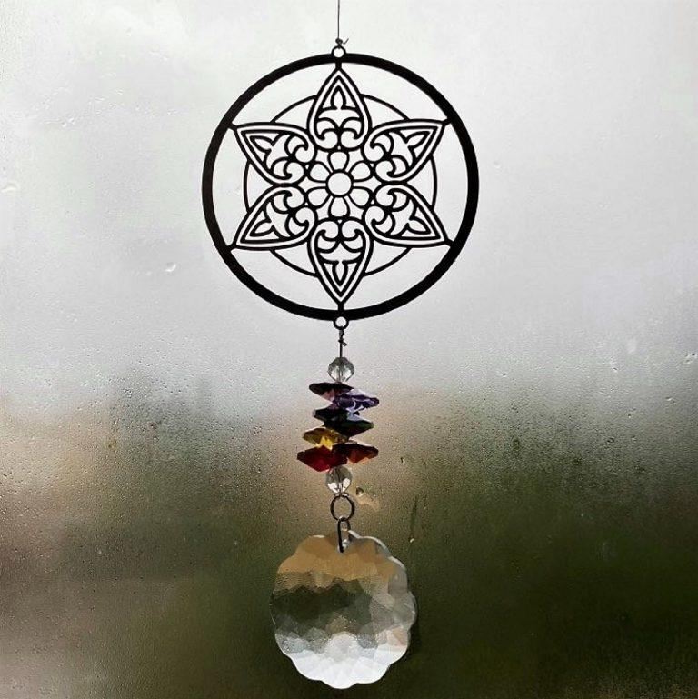 attrape soleil en cristal. Mandala multicolore qui iluminera votre intérieur en reflétant les rayons de soleil.