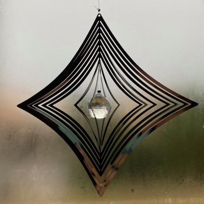 Spinner à vent en métal avec effet d'optique 3D. La suspension décorative est en forme de carré avec un réflecteur de lumière en son milieu en forme de Cristal