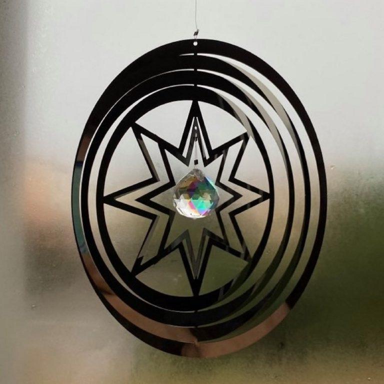 Spinner à vent en métal avec effet d'optique 3D. La suspension décorative est en forme d'étoile avec un réflecteur de lumière en son milieu en forme de Cristal